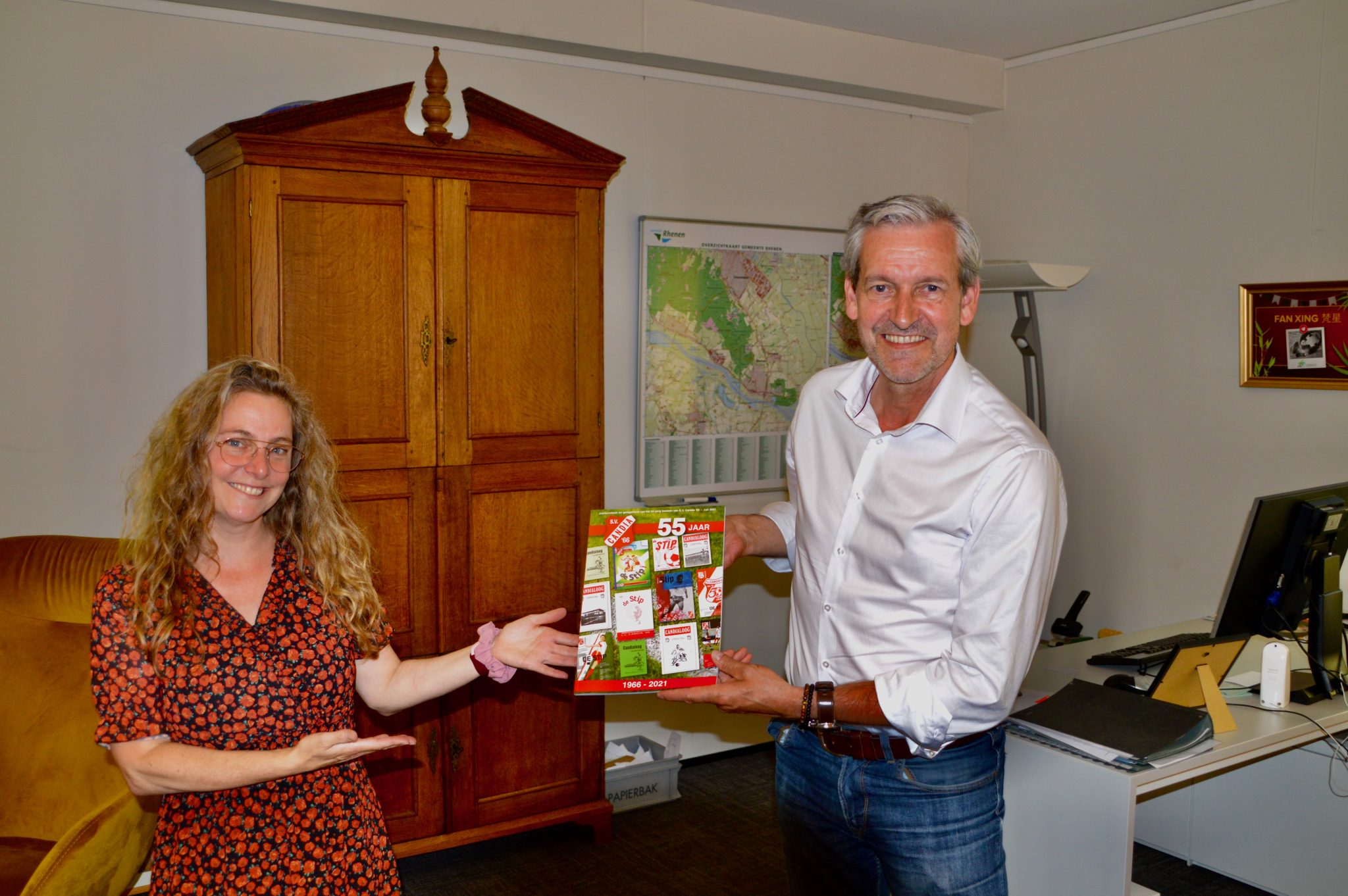 Burgemeester ontvangt 1e exemplaar jubileumeditie De Stip